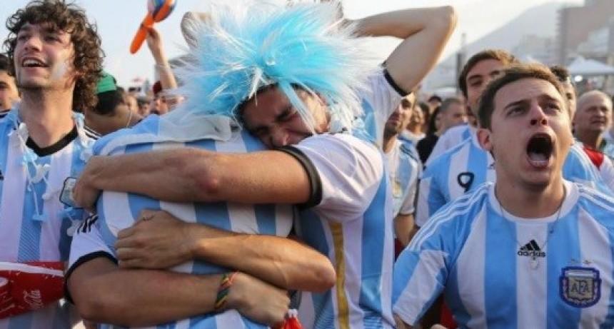 Hinchas argentinos ya desembarcaron en Moscú