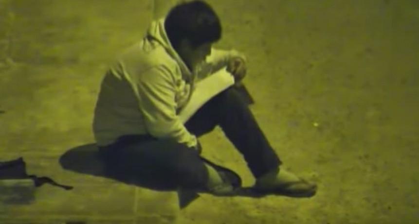 Un millonario le regalará una casa al nene que se hizo viral haciendo la tarea en la calle