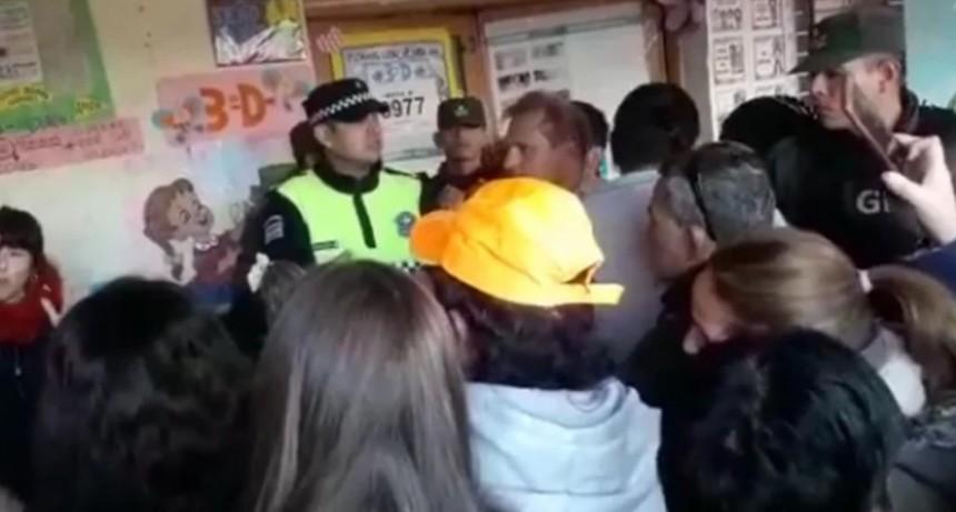 Insólito: presidenta de mesa se levantó al baño y se llevó la urna