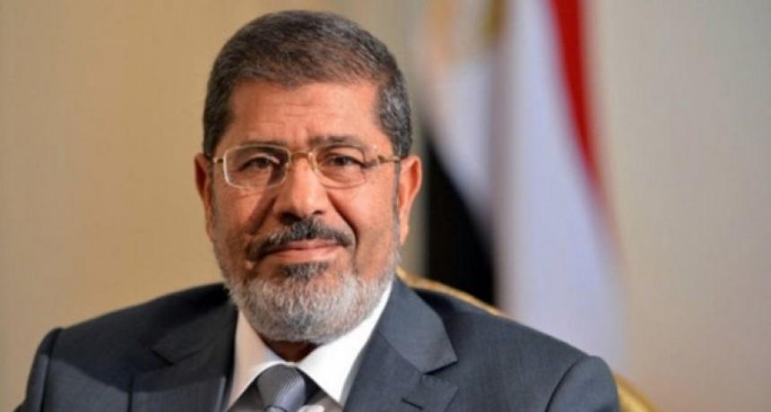 Luego de desmayarse en pleno juicio, murió el expresidente egipcio Mohamed Mursi