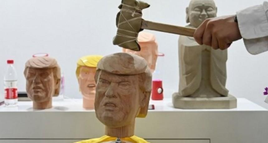 Golpear la cabeza de Donald Trump con un martillo, un remedio contra el estrés