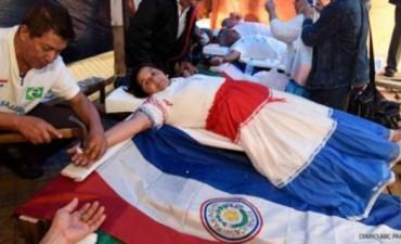Paraguayos se crucifican para llamar la atención del Papa Francisco