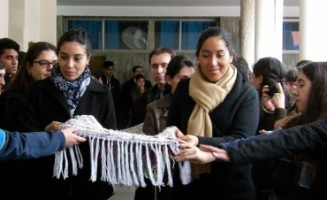 Manto bendecido por el Papa Francisco llegó al Colegio del Carmen y San José