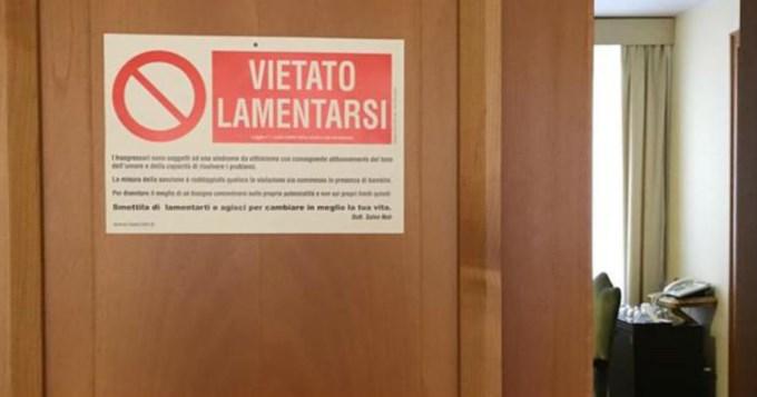 El Papa pegó un sorprendente cartel en la puerta de su cuarto