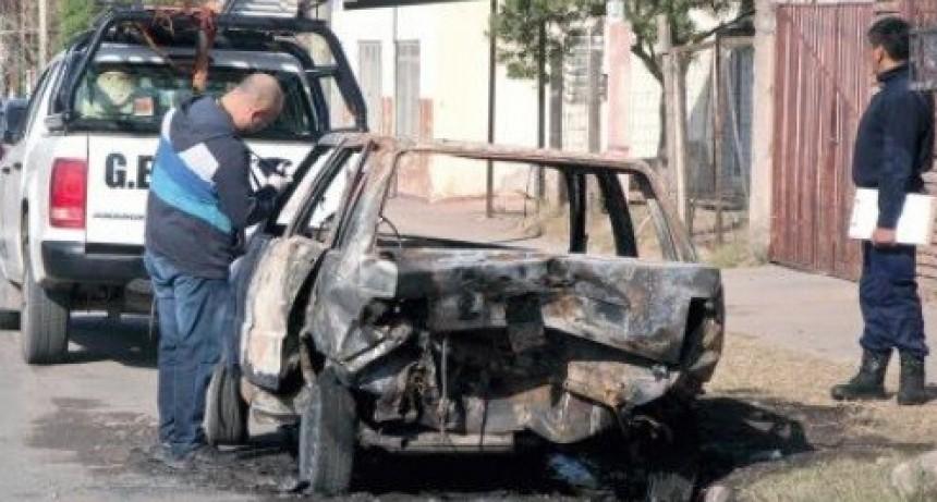 Incendian dos autos a escasos metros uno del otro