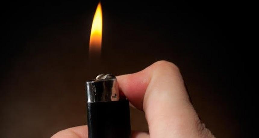 Vio a su ex con otra mujer, fue a su casa y se tiró alcohol y se prendió fuego