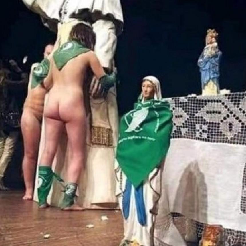 Bailaron desnudos con pañuelos VERDES sobre una imagen de la Virgen y el Papa