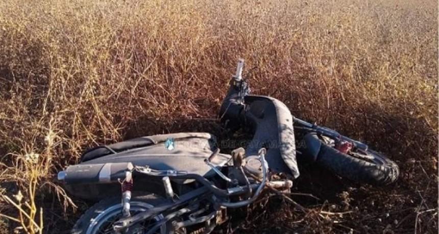 Obreros desmalezaban y encontraron una moto abandonada