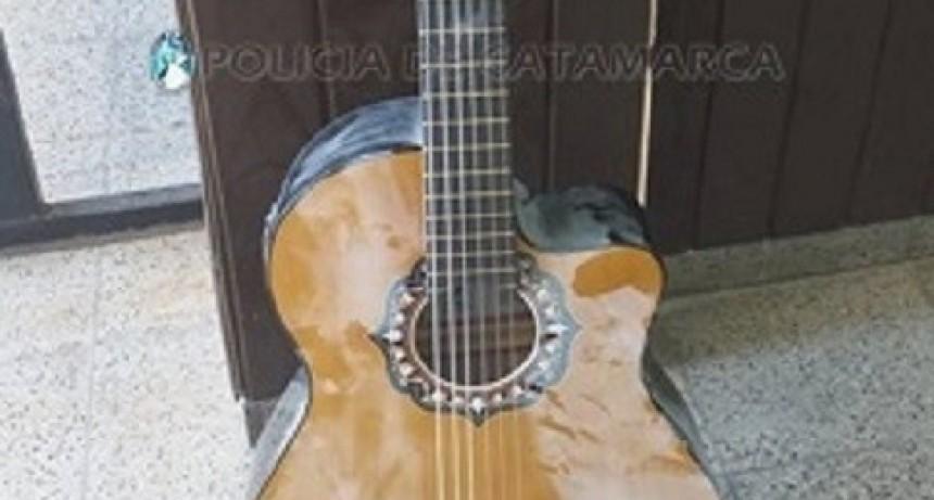 Lo detienen con una guitarra robada