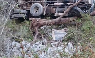 Camión de Vialidad Provincial cayó por un barranco de 25 metros