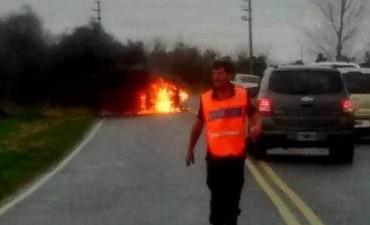 Discutió con su esposo adentro de un auto y lo prendió fuego
