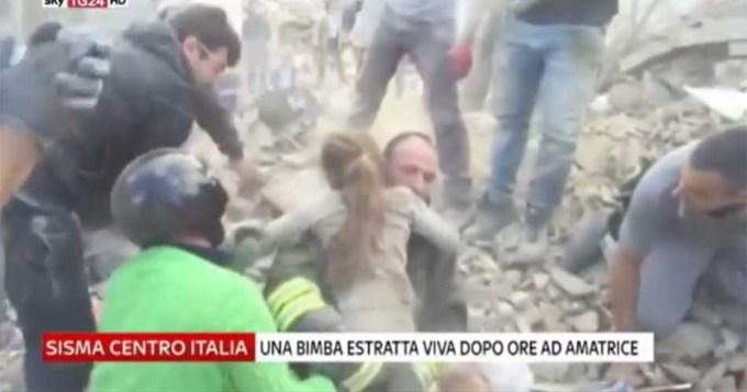 Dramático rescate de nena entre las ruinas en Italia