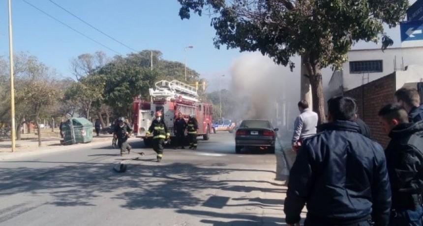 Se incendió un auto en el barrio Parque América