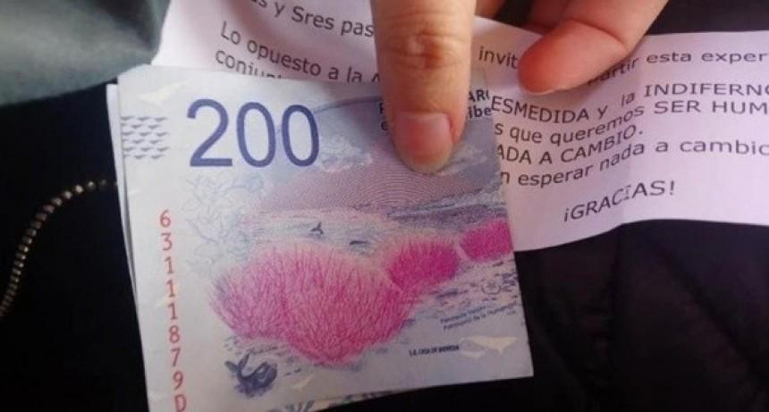 Un anciano sorprendió a todos en el tren Sarmiento al repartir billetes de 200 pesos junto a un tierno mensaje