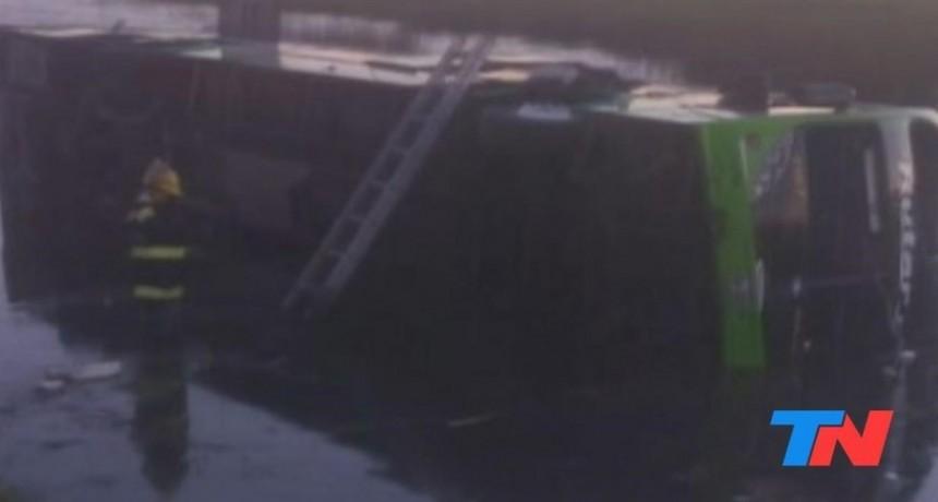Accidente fatal :Volcó un micro en la ruta 2 y hay al menos tres muertos