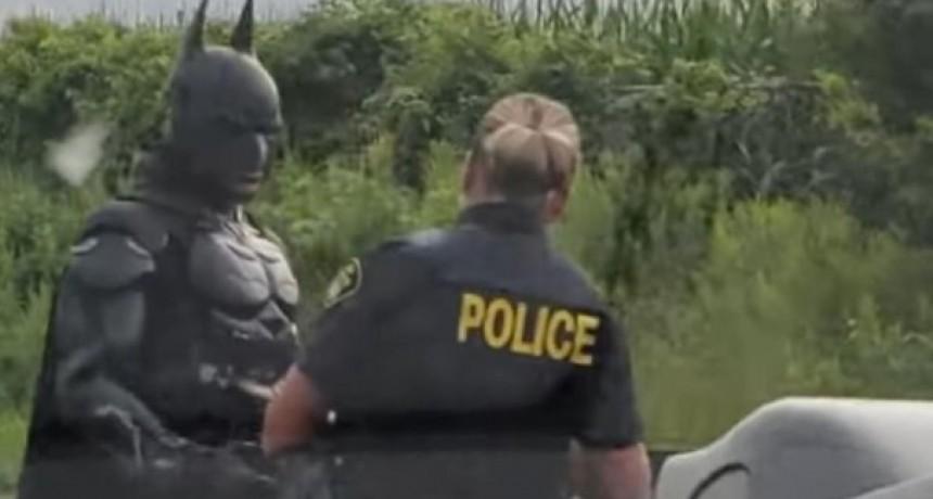 Viral: Batman es detenido en una ruta de Canadá