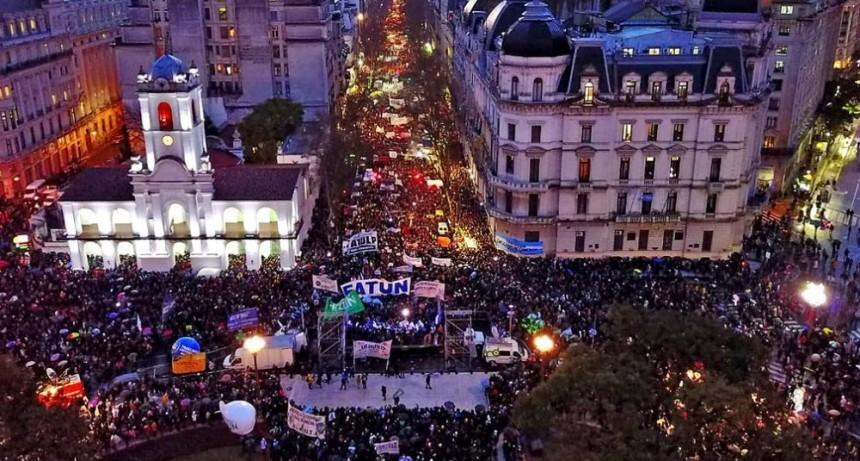 Gremios universitarios protagonizaron una multitudinaria marcha en Plaza de Mayo