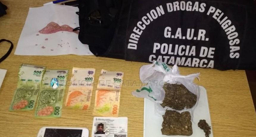 Caen dos deliverys de droga: secuestran dinero en efectivo y marihuana