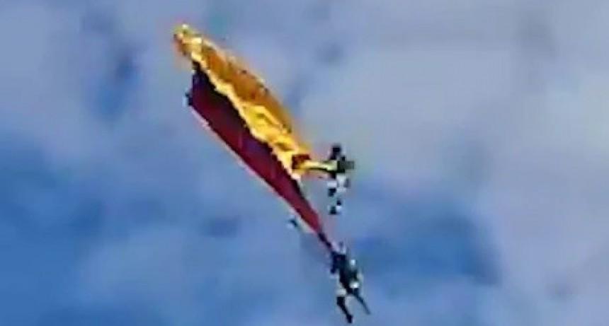 Drama en un festival aéreo en Colombia: dos militares que portaban una bandera en el cielo cayeron a tierra y murieron