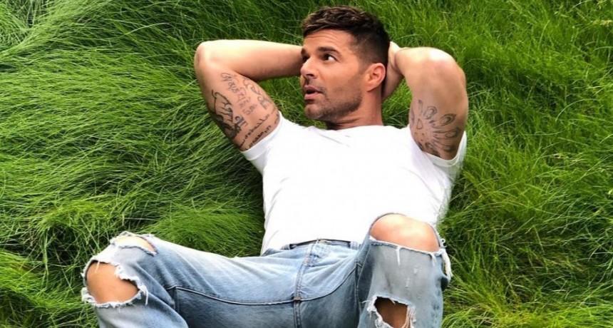 Ricky Martin está enfermo y compartió una imagen con un look hogareño