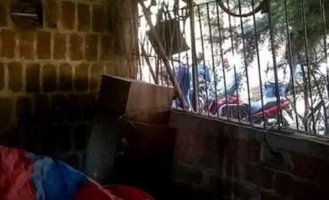 Tenia encerrados en una jaula a su esposa e hijo autista