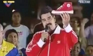 """Otra extravagancia de Maduro: lanzó las """"zapatillas Chávez"""""""