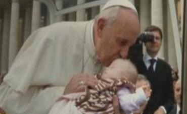 Le atribuyen a Francisco la sanación del corazón de una beba Down