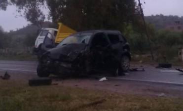 Un auto se incrustó bajo un camión,en F.M.Esquiú