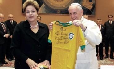 El papa Francisco pidió rezar por el pueblo brasileño