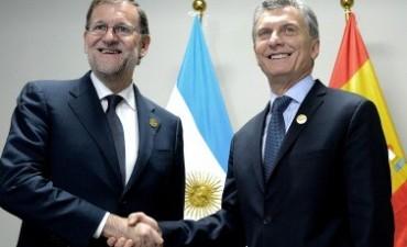 Rajoy felicitó a Macri por las decisiones económicas que marcan