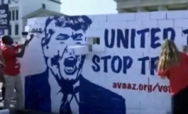 Levantan y derriban un muro en Berlín en rechazo a Trump