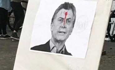 En la Universidad de Rosario exhibieron un afiche de Mauricio Macri con un tiro en la frente