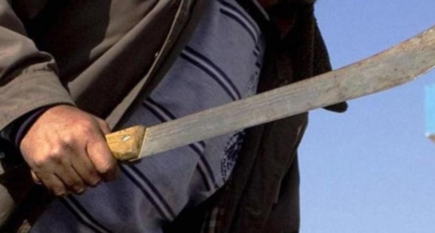 Ordenan apresar a un hombre que atacó con un machete a su pareja