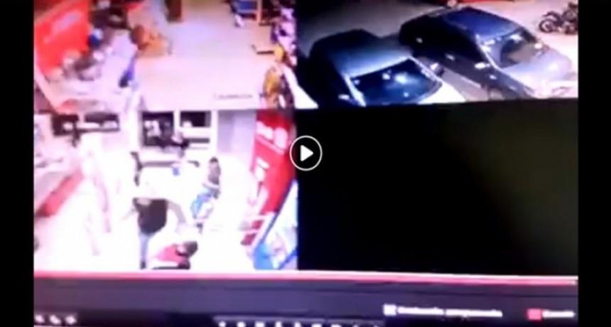 Con menores en brazos, un grupo de mujeres saqueó un reconocido supermercado