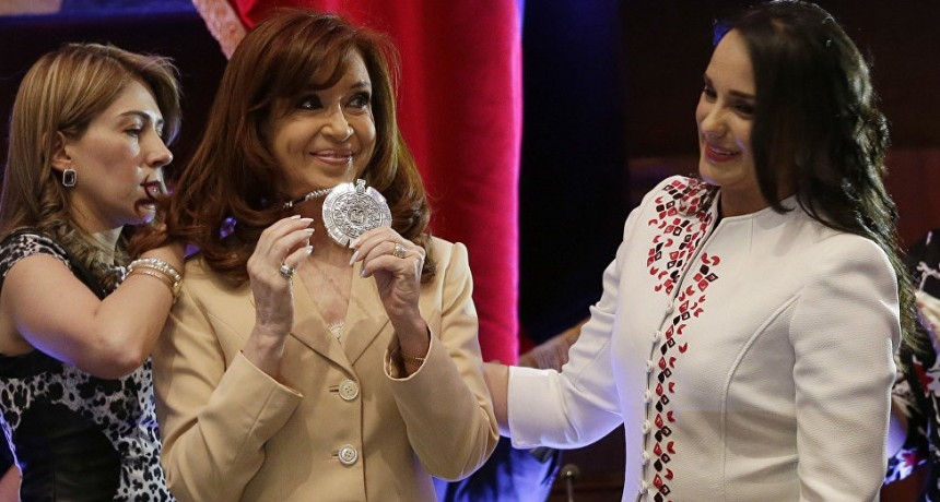En Ecuador piden retirarle una condecoración a Cristina por las distintas causas de corrupción que enfrenta