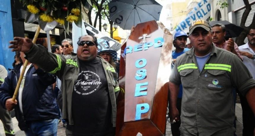Huevazos contra Casa de Gobierno, y la Mugre tapa la Ciudad