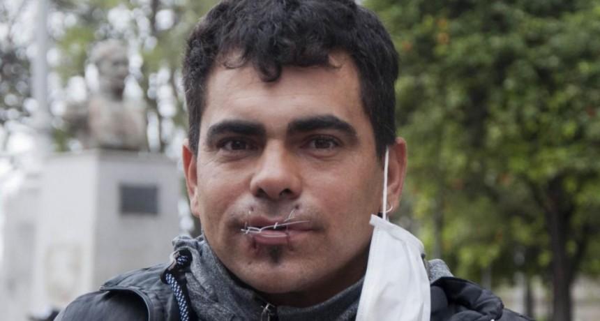 Inició una huelga de hambre cosiendo su boca y encadenándose frente a Casa de Gobierno