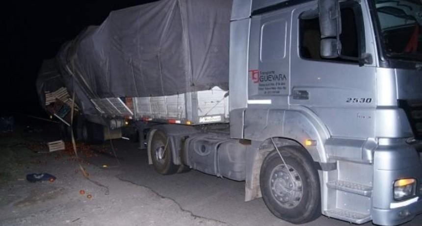 Camión perdió parte de la carga de tomate
