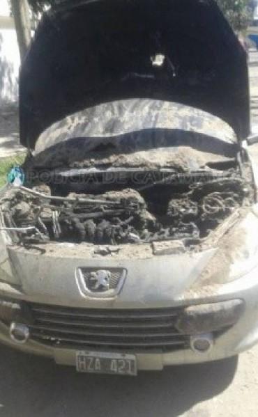 Mientras conducia se le incendio su auto