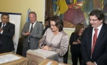 Lucía en la apertura de sobres licitación de la ruta Andalgalá - Belén