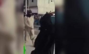 Siria azotan en público a 4 mujeres acusadas de ladronas