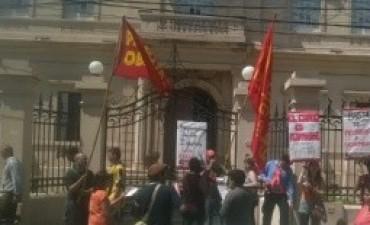 Residentes belichos en Capital e integrantes del Partido Obrero se manifiestaron frente al obispado