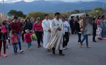 Procesión en honor a San Juan Pablo II en el barrio Antinaco