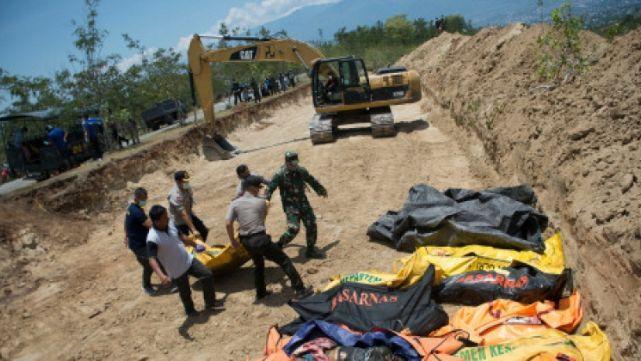 Cavaron fosas comunes para enterrar a los muertos en Indonesia