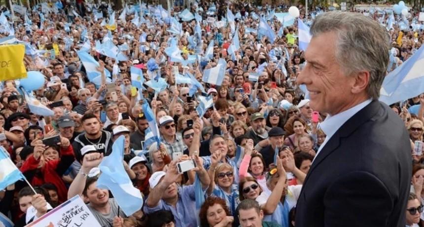 Pese al calor, una multitud acompañó al Presidente