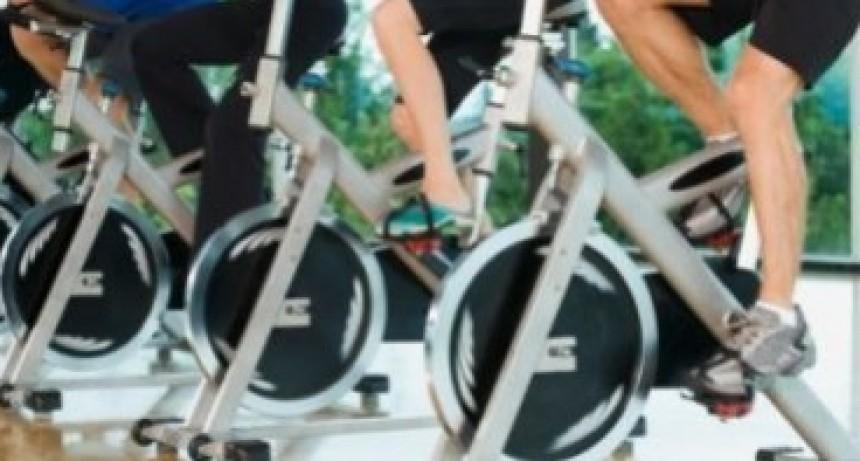 Pequeño perdido varios deditos de su mano al introducirlos en una bicicleta fija