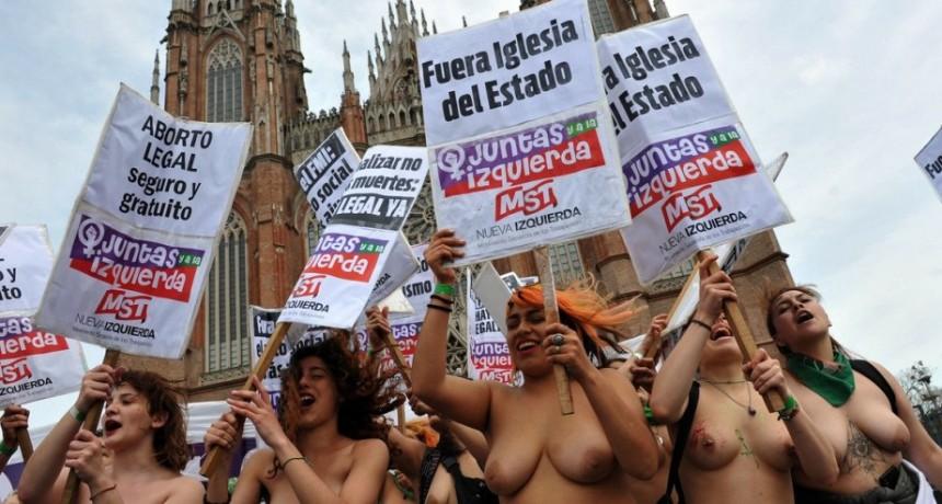 Carrió se definió como feminista y cuestionó el TETAZO  frente a la Catedral: ES GROTESCO