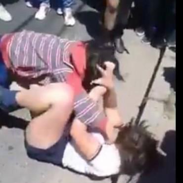 Salvaje pelea entre chicas Frente a la escuela Jorge Newbery