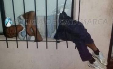 Ladrón quedó atascado entre los rejas de la carnicería que intentó robar