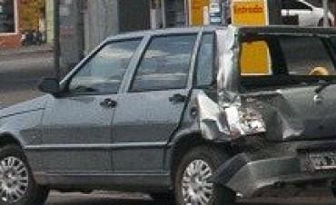 Camión sin frenos choco un auto en Prado y Alem